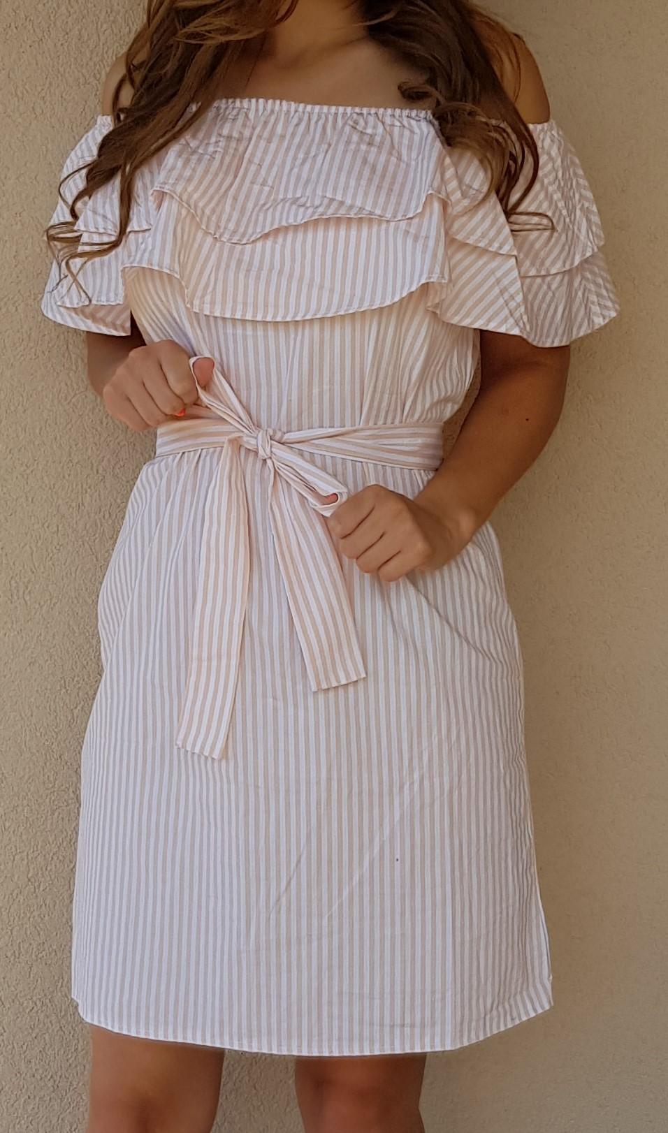 a9bb49b64769 Pásikavé letné šaty s volánom broskyňové